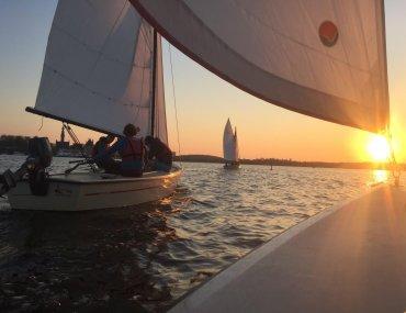 zeilen bij ondergaande zon sailcollege